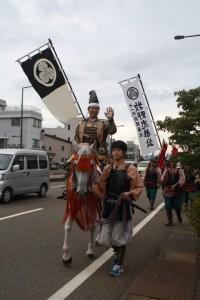 馬に乗ってやってくる長岡藩のお殿様。
